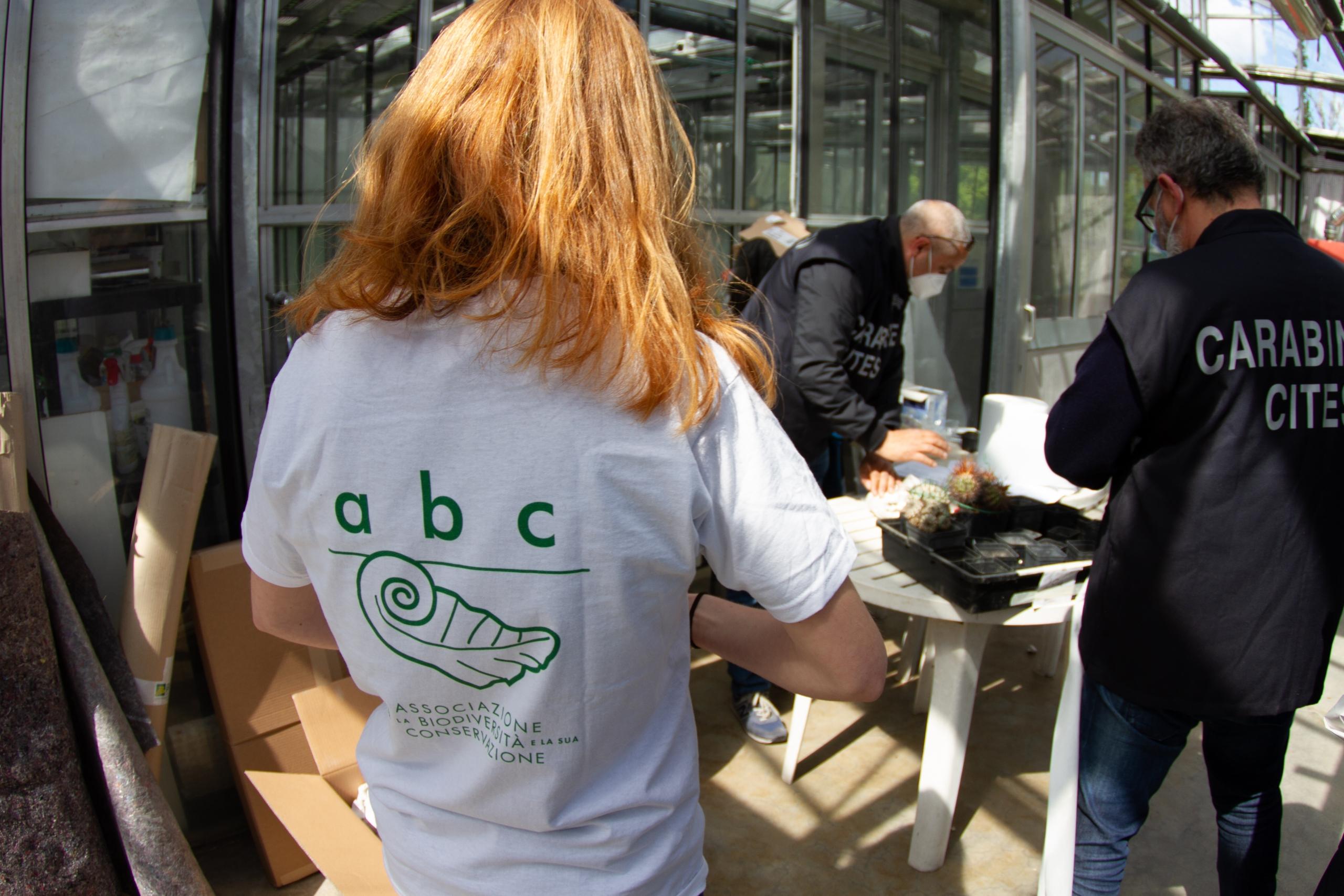Una volontaria con la maglietta della nostra associazione
